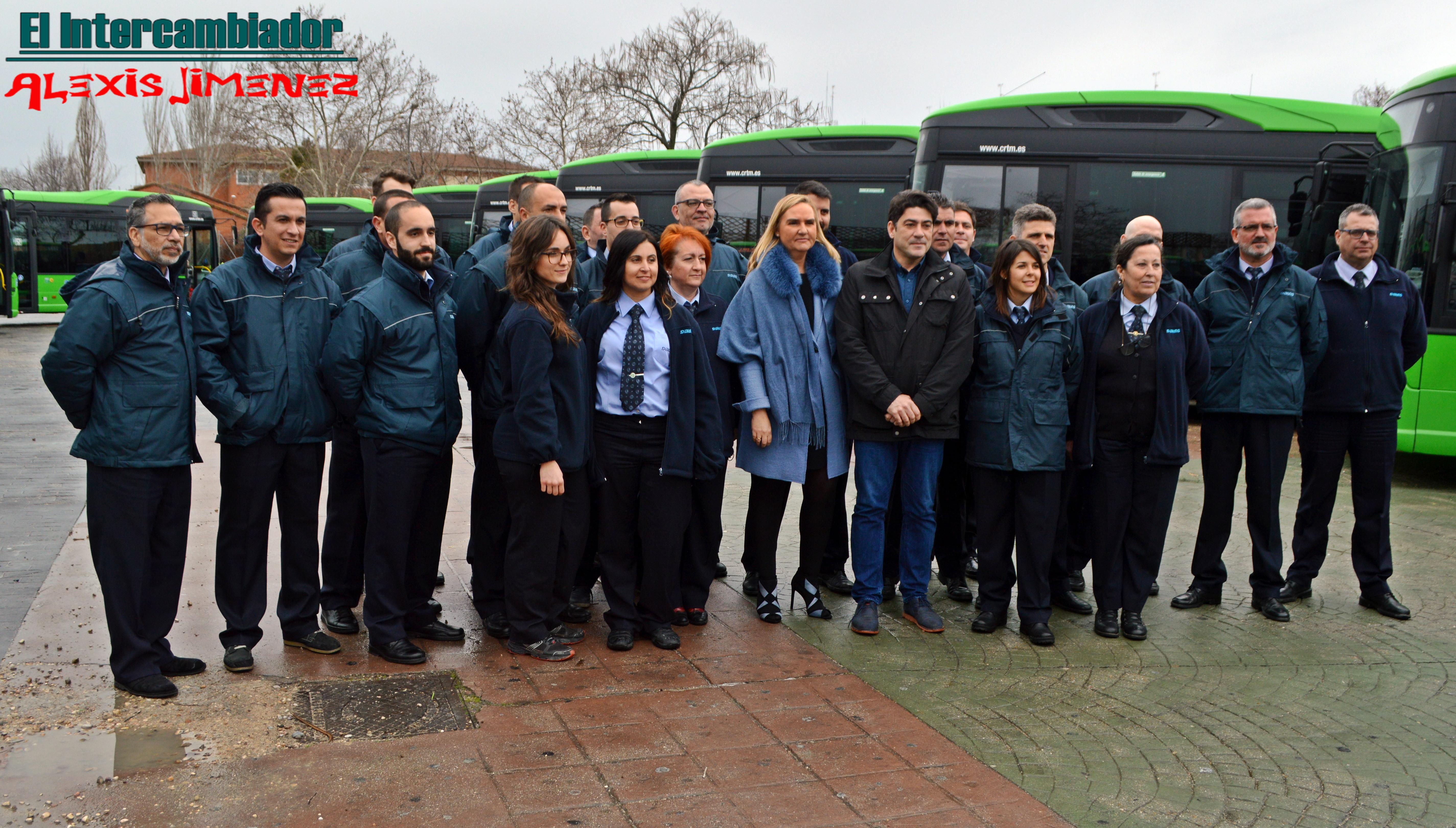 Rosalía Gonzalo y David Pérez junto a los conductores de los nuevos autobuses
